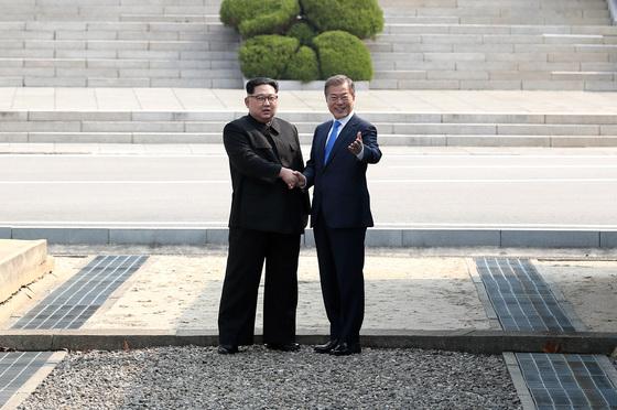문재인 대통령과 김정은 국무위원장이 처음 만나 기념촬영을 하고 있다. 판문점=김상선 기자