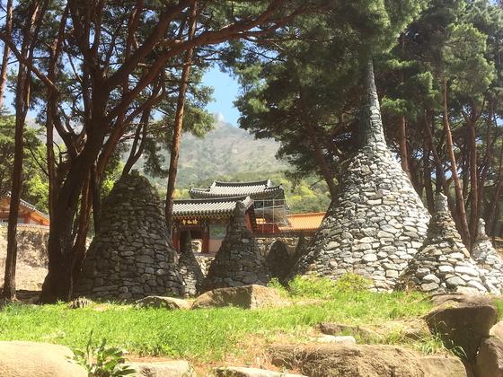 108개의 돌탑으로 유명한 유가사. [사진 하만윤]