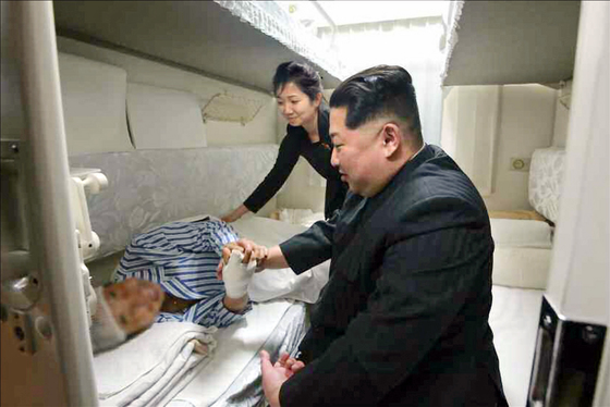 김정은 국무위원장이 북한에서 교통사고를 당한 중국인 부상자를 위로하고 후송 전용열차를 전송했다고 조선중앙통신이 26일 보도했다. [조선중앙통신=연합뉴스]