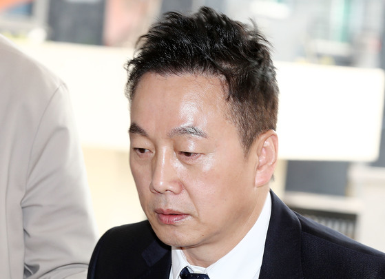 성추행 의혹을 받는 정봉주 전 의원이 두 번째 피고소인 조사를 받기 위해 27일 오전 서울지방경찰청 지능범죄수사대로 들어서고 있다. [연합뉴스]