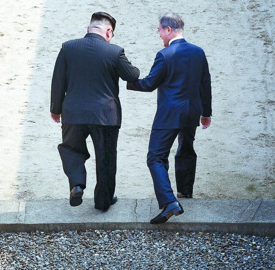 북한 김정은 국무위원장이 27일 오전 문재인 대통령의 손을 이끌고 군사분계선을 넘어 북쪽 땅을 함께 밟고 있다. 김상선 기자