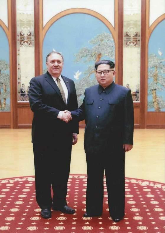 김정은(오른쪽) 북한 국무위원장이 마이크 폼페이오 미국 국무부 장관과 악수를 하고 있다. [백악관=연합뉴스]