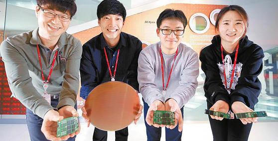 반도체 산업 생태계 육성에 나선 SK하이닉스의 제품 개발자들이 웨이퍼와 SSD를 들고 있다. [사진 SK그룹]