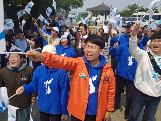 27일 파주 임진각에서 부산지역 겨레하나 소속 학생들이 한반도기를 흔들고 있다. 김지아 기자