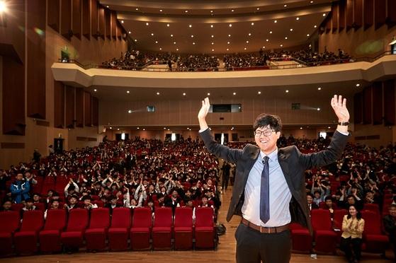 학교법인 광운학원(이사장 조선영)은 2018년 4월 26일(목) 오후 2시 30분 ㈜럭스로보 오상훈 대표를 초청하여 2018년 광운동문특강을 개최했다. 사진은 오상훈 대표가 특강을 듣는 학생들과 단체로 기념사진을 촬영하는 장면