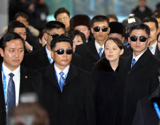지난 2월 평창 겨울올림픽에 북측 고위대표단으로 방한한 김여정이 경호원들에 둘러싸여 이동하고 있다. [사진 연합뉴스]