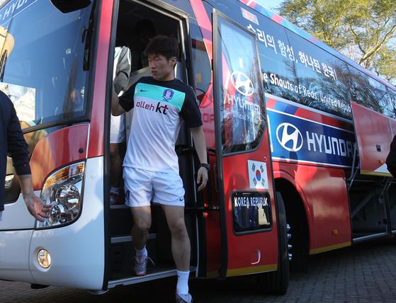 2010 남아공월드컵 당시 대표팀 버스에서 내리는 박지성. 버스 차창에 '승리의 함성, 하나된 한국!'이라는 슬로건이 보인다. [중앙포토]