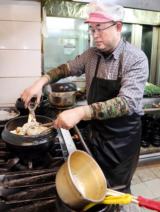 개성공단 폐쇄로 사업체를 잃은 고재권씨가 오리백숙 식당 주방에서 일을 하고 있다. 김성룡 기자