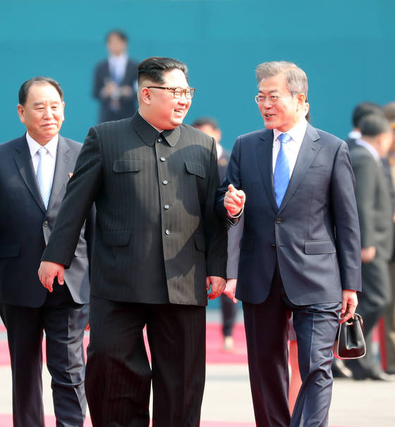 문재인 대통령과 북한 김정은 국무위원장이 27일 오전 판문점 평화의 집 앞에서 의장대 사열을 마친 뒤 환담하고 있다. 공동취재단