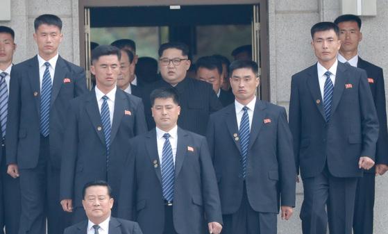 27일 김정은 북한 국무위원장이 경호원들의 호위를 받으며 판문각을 나와 남측 평화의 집으로 향하고 있다. 김상선 기자
