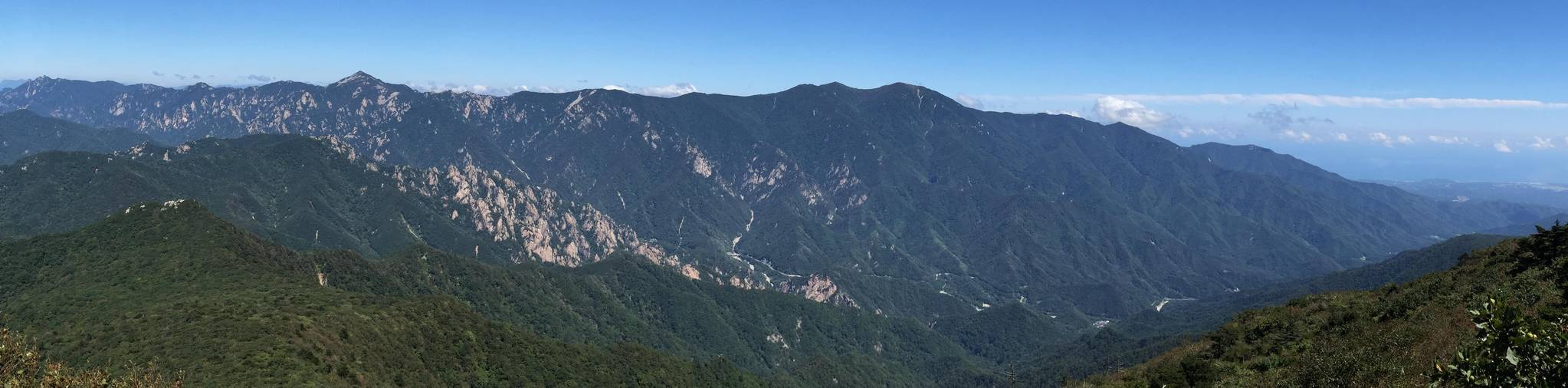 백두대간의 장엄한 모습. 강원도 인제 점봉산에서 바라본 설악산의 모습이다. [사진 녹색연합]