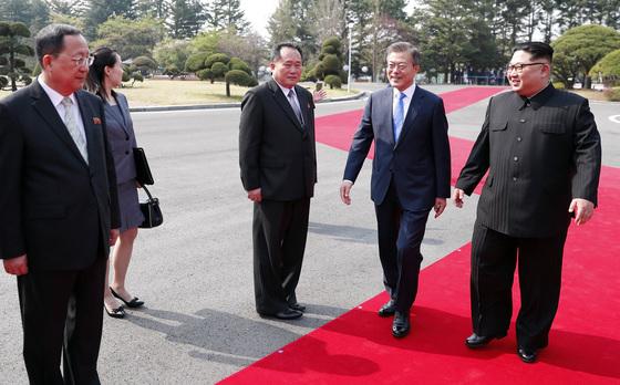 양측 수행원 소개 후 문재인 대통령과 김정은 국무위원장이 평화의 집으로 이동하고 있다.
