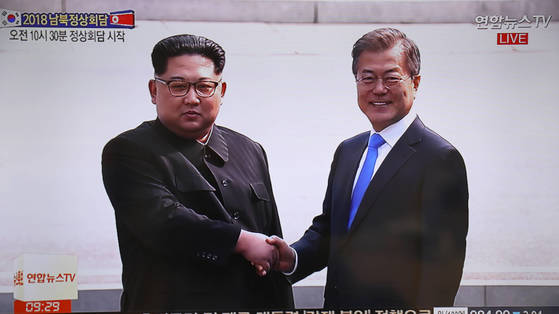 2018남북정상회담이 열린 27일 문재인 대통령이 판문점에서 북한 김정은 국무위원장을 만나 악수하고 있다. [연합뉴스]