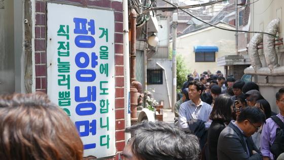 27일 오후 서울 염리동 평양냉면집 을밀대에 사람들이 길게 줄 서 있다.[사진 뉴스1]