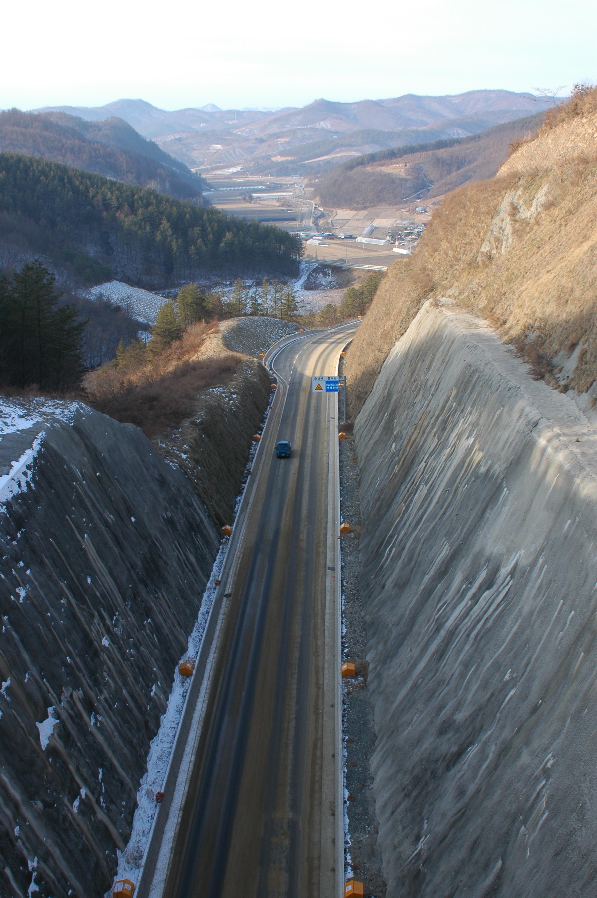 호남정맥이 지나는 전북 장수군 장수읍 수분리의 실고개를 관통하는 도로. 절개지가 생태계를 완전히 단절시킬 만큼 대규모 훼손을 낳았다.[사진 녹색연합]