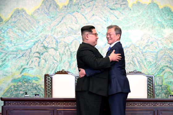문재인 대통령과 김정은 국무위원장이 27일 오후 판문점 평화의 집에서 열린 남북정상회담에서 한반도의 평화와 번영, 통일을 위한 판문점 선언문에 서명 후 포옹 하고 있다.[김상선 기자'