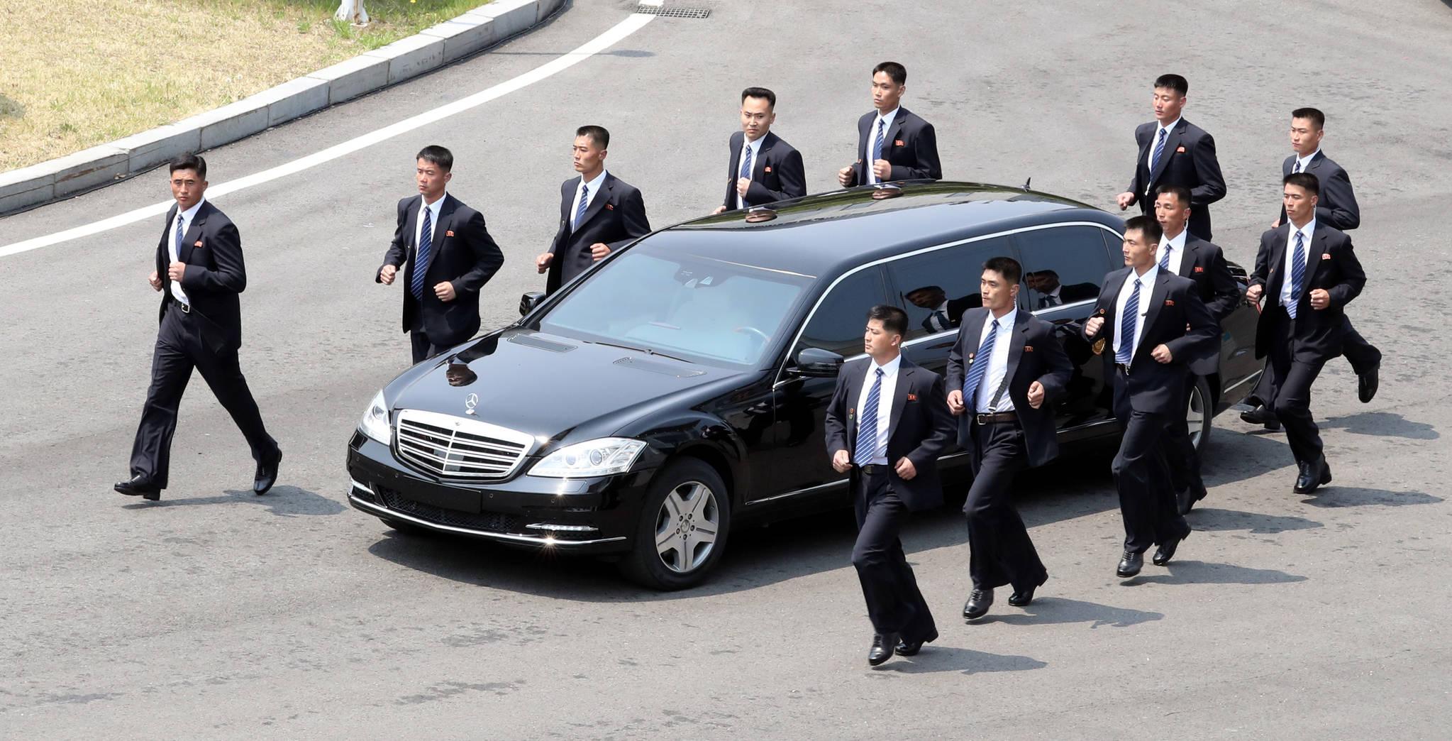 27일 오후 김정은 북한 국무위원장이 오찬을 위해 탑승한 차량이 경호원들의 호위를 받으며 판문점 평화의집에서 북으로 향하고 있다. 2018.04.27.