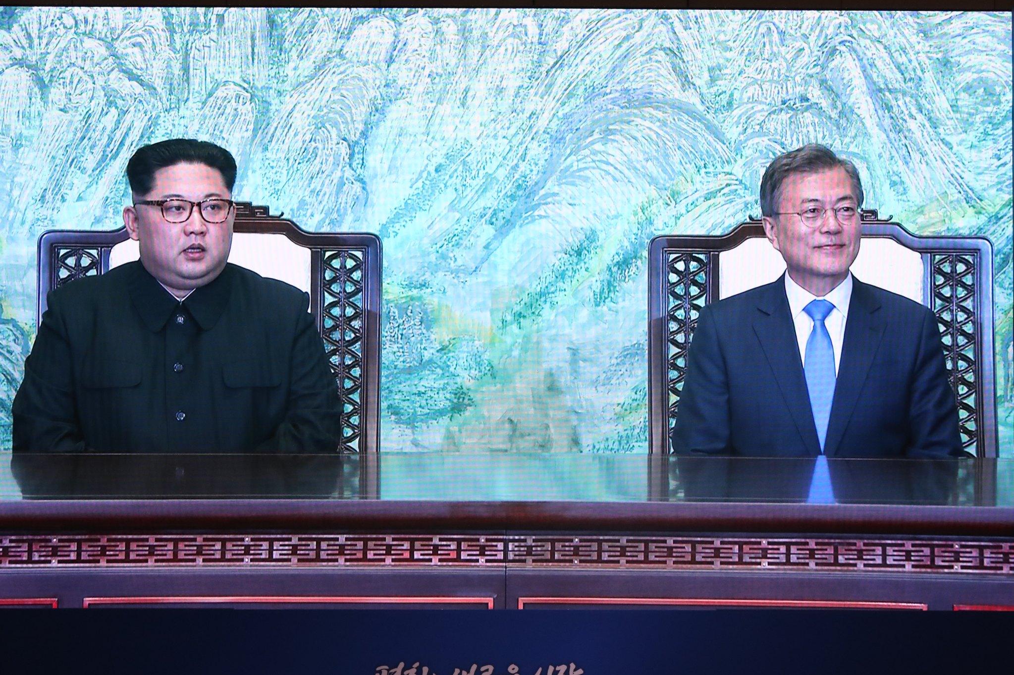 27일 오후 문재인 대통령과 김정은 북한 국무위원장이 '한반도의 평화와 번영, 통일을 위한 판문점 선언' 서명식을 하는 모습이 경기도 고양시 킨텍스에 마련된 메인프레스센터에 생중계 되고 있다. [뉴스1]