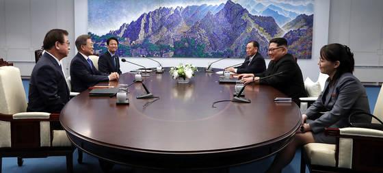 문재인 대통령(왼쪽 둘째)과 김정은 북한 국무위원장(오른쪽 둘째)이 지난 27일 판문점 평화의집에서 정상회담을 하고 있다. [사진 청와대기자단]