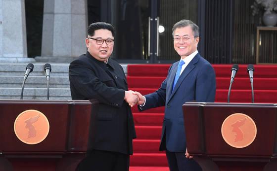 문재인 대통령(오른쪽)과 김정은 북한 국무위원장이 지난 27일 오후 판문점 평화의집 앞에서 공동보도문 발표뒤 악수를 나누고 있다. [사진 판문점=공동취재단]