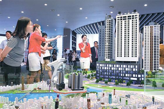 지난달 특별공급 10대 당첨자가 나온 서울 강남구 디에이치자이개포 아파트 견본주택. 정부는 특별공급 주택을 9억원 이하로 제한하겠다고 밝히고 관련 법령 개정 작업을 하고 있다.