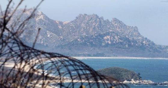 강원도 고성 통일전망대에서 본 북한 금강산의 끝자락인 구선봉의 모습.[중앙포토]