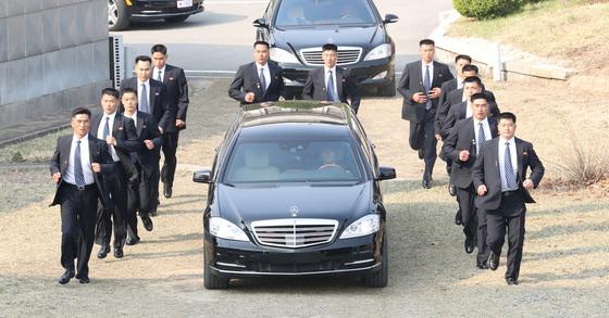 북한 김정은 국무위원장의 차량이 27일 오후 판문점 남측 군사분계선 인근 '소 떼 길' 기념식수장으로 이동하는 모습 [연합뉴스]