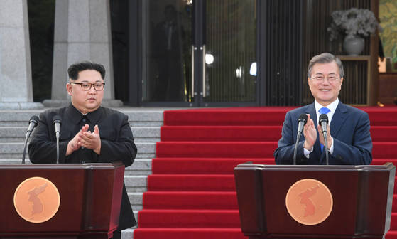 지난 27일 문재인 대통령과 북한 김정은 국무위원장이 '판문점 선언'을 발표한 뒤 박수를 치고 있다. 판문점=한국공동사진기자단