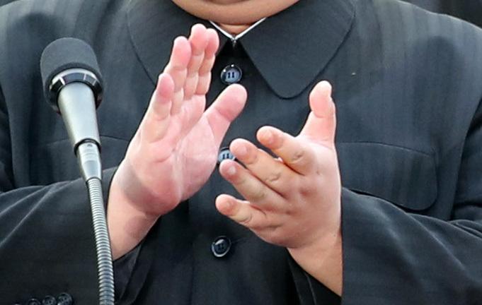 김정은 국무위원장이 27일 오후 판문점 평화의집 앞에서 '판문점선언'을 발표한 후 박수를 치고 있다. 김상선 기자