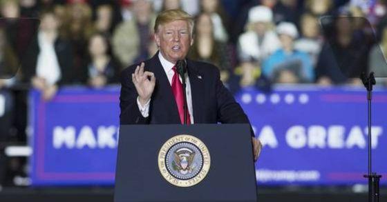 도널드 트럼프 미국 대통령이 28일(현지시간) 미국 미시간 주 워싱턴 타운십 스포츠 센터에서 연설을 갖고 있다. [EPA=연합뉴스]