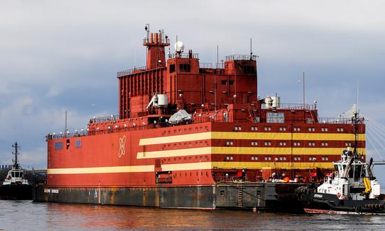 세계 최초의 '바다 위 원자력 발전소' 아카데믹 로모노소프가 28일 러시아 상트페테르부르크 항구에서 첫 출항에 나섰다.로모노소프는 원자력 연료를 공급받기 위해 북극권 항구 무르만스크로 이동 중이다.[연합뉴스]