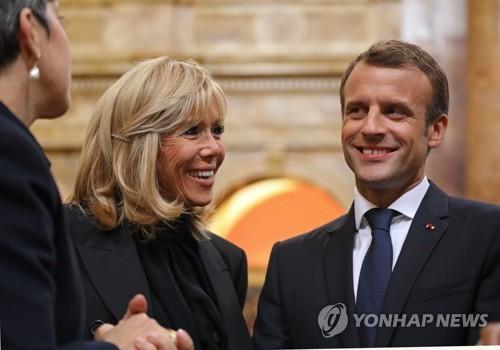 에마뉘엘 마크롱 프랑스 대통령과 부인 브리짓 마크롱 여사가 25일(현지시간) 연설을 하기 위해 미 의회 상·하원 합동의회를 찾았다. [AFP=연합뉴스]