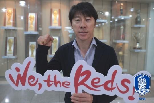 신태용 감독이 러시아 월드컵 응원 슬로건 'We, The Reds!'가 적힌 응원 용품을 들고 있다. [사진 대한축구협회]