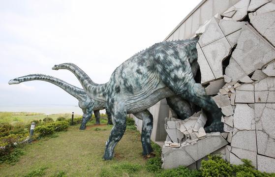 해남 우항리 공룡화석지 내 공룡박물관 한쪽 외벽의 공룡 조형물. 프리랜서 장정필