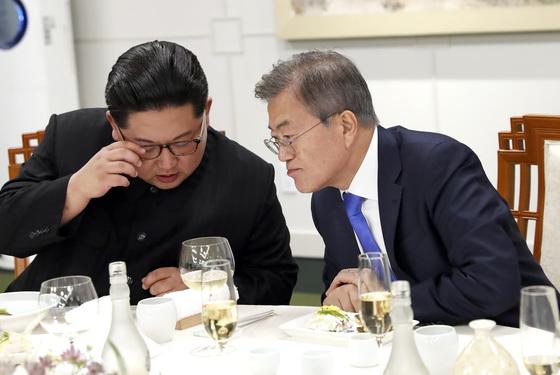 27일 오후 문재인 대통령(오른쪽)과 김정은 국무위원장이 평화의 집에서 열린 남북정상회담 만찬에서 대화를 나누고 있다. [청와대사진기자단]