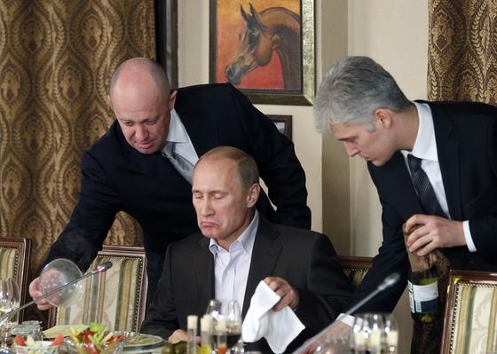 외식사업가 예브게니 프리고친은 미국 대선 개입 의혹을 받는 러시아 댓글 부대 '인터넷 리서치 에이전시'에 자금을 지원해왔다. 지난 2011년 블라드미르 푸틴 대통령을 서빙하는 프리고친(왼쪽). [AP=연합뉴스]