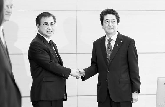 서훈 국정원장(왼쪽)이 29일 오전 일본 도쿄 총리관저에서 아베 총리와 만나 악수하고 있다.[연합뉴스]