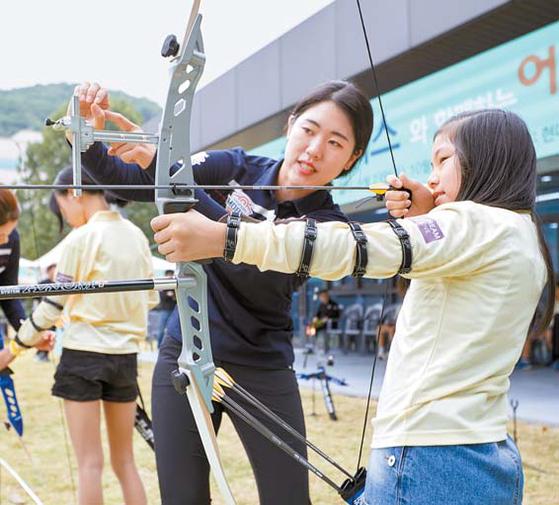 현대모비스는 양궁단을 활용한 '어린이 양궁교실'을 지난해 시작했다. 올해부터는 국내외 사업장 주변 초등학생 중심으로 연 11회가량 개최한다. [사진 현대모비스]