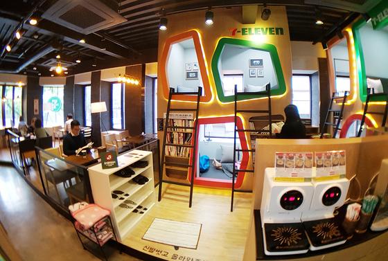 세븐일레븐이 지난 1월 서울 세종대로에 선보인 카페형 편의점 '더랩(The Lab) 도시락(樂)4.0' 매장 모습. 1층은 편의점, 2층은 북카페, 3층은 직원들을 위한 커뮤니티 공간으로 꾸며져 있다. [사진 세븐일레븐]