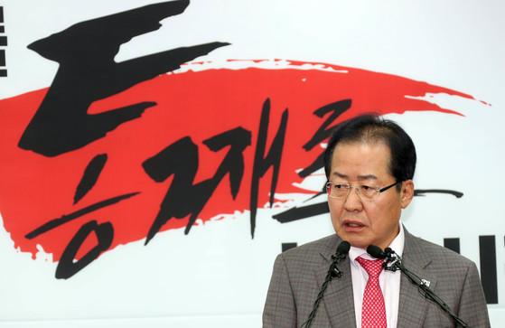 홍준표 자유한국당 대표가 30일 서울 여의도 당사에서 남북정상회담 결과에 대해 기자회견을 했다. 강정현 기자 / 080430
