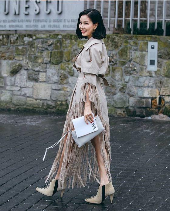 파리패션위크의 로에베 2018 FW 컬렉션 쇼에 참석하러 가고 있는 고소영. 입고 있는 프린지 장식의 트렌치코트 역시 로에베의 옷이다.