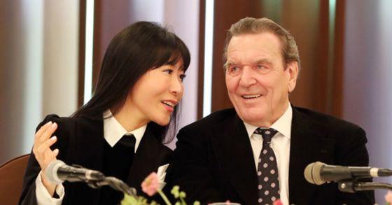 게르하르트 슈뢰더 전 독일 총리(오른쪽)와 김소연씨가 지난 1월 25일 오후 서울 중구 프레스센터에서 결혼 발표 기자회견을 하고 있다. 김경록 기자