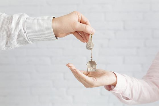 자녀에게 부동산을 증여할 때 증여금액을 시세와 기준시가 중 무엇으로 하는것이 좋을까? [사진 freepik]