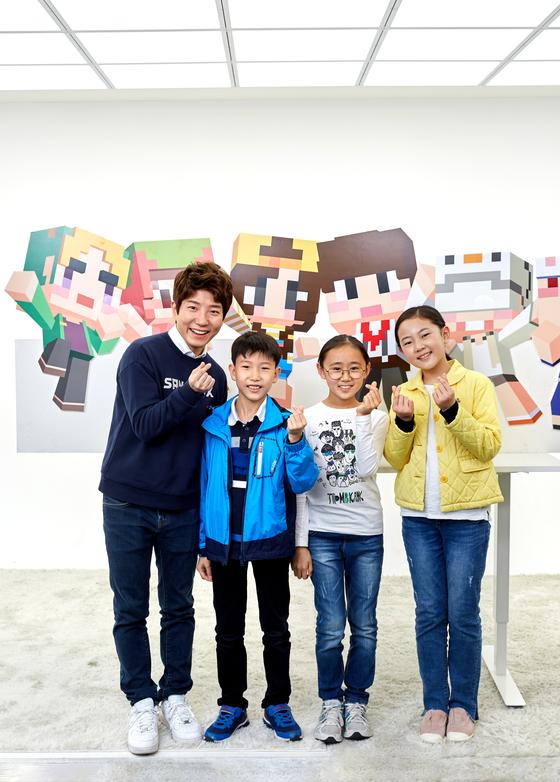 소중 학생기자단이 크리에이터 도티로 활동하고 있는 나희선씨를 만났다. (왼쪽부터)도티, 이동우·홍아랑 학생기자, 김신희 학생모델.
