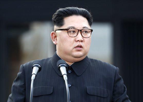 """김정은 북한 국무위원장과 도널드 트럼프 미국 대통령(사진 아래)이 5월 중 만나 비핵화 문제를 담판할 것으로 예상된다. 트럼프 대통령은 28일(현지시간) '북한과의 만남이 3~4주 내에 열릴 것""""이라고 말했다. 김정은은 27일 남북 정상회담에서 문재인 대통령에게 '미국과 신뢰가 쌓이고 종전과 불가침을 약속하면 왜 우리가 핵을 가지고 어렵게 살겠느냐""""고 말했다고 청와대가 29일 밝혔다. [연합뉴스]"""