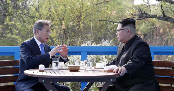 문재인 대통령과 북한 김정은 국무위원장이 27일 오후 판문점 도보다리에서 대화하고 있다. 판문점=김상선 기자