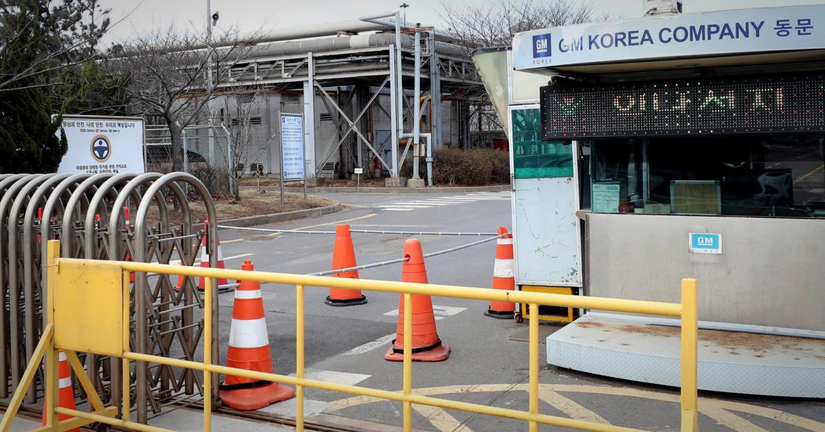 경영난을 이유로 폐쇄가 발표된 지 한달이 된 13일 전북 군산시 오식도동 GM 군산공장 동문 출입구 전광판에 '일단정지'가 적혀 있다. [연합뉴스]