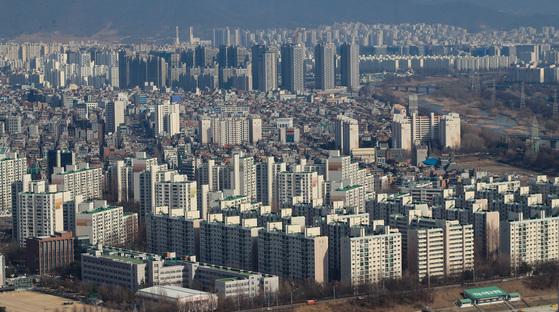 지난해 집값 상승으로 서울 강남 등 주요 지역 아파트 공시가격이 큰 폭으로 올랐다. 사진은 강남 일대의 아파트 단지 모습.