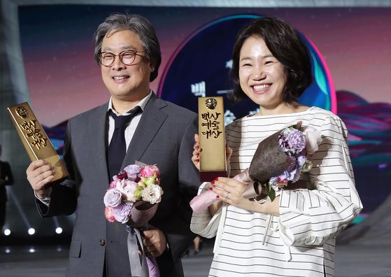 지난해 대상을 수상한 박찬욱 감독, 김은숙 작가. 올해 백상 특별심사위원을 맡았다. [중앙포토]