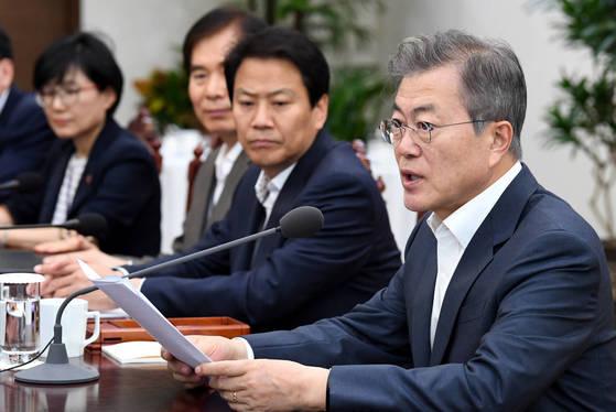 문재인 대통령(오른쪽)이 30일 오후 청와대에서 열린 수석보좌관회의에서 모두발언하고 있다. [청와대사진기자단]